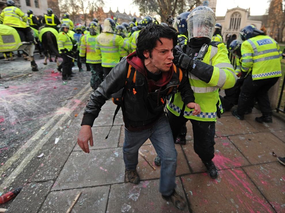 28. WIELKA BRYTANIA, Londyn, 9 grudnia 2010: Mężczyzna zatrzymany przez policję podczas demonstracji. AFP PHOTO/BEN STANSALL