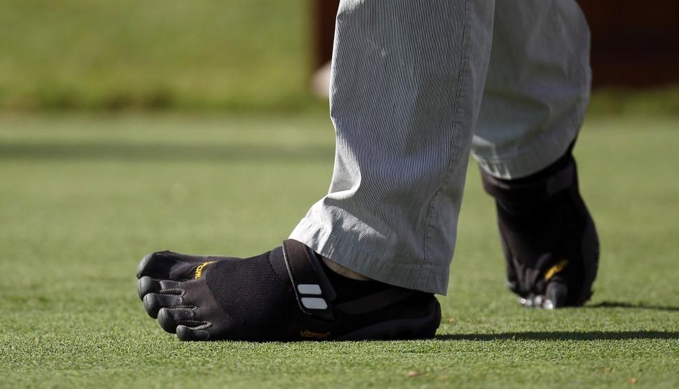 28. ZJEDNOCZONE EMIRATY ARABSKIE, Dubaj, 25 listopada 2010: Golfista, Oliver Wilson, grający w butach uszytych na wzór rękawic. (Foto: Ross Kinnaird/Getty Images)
