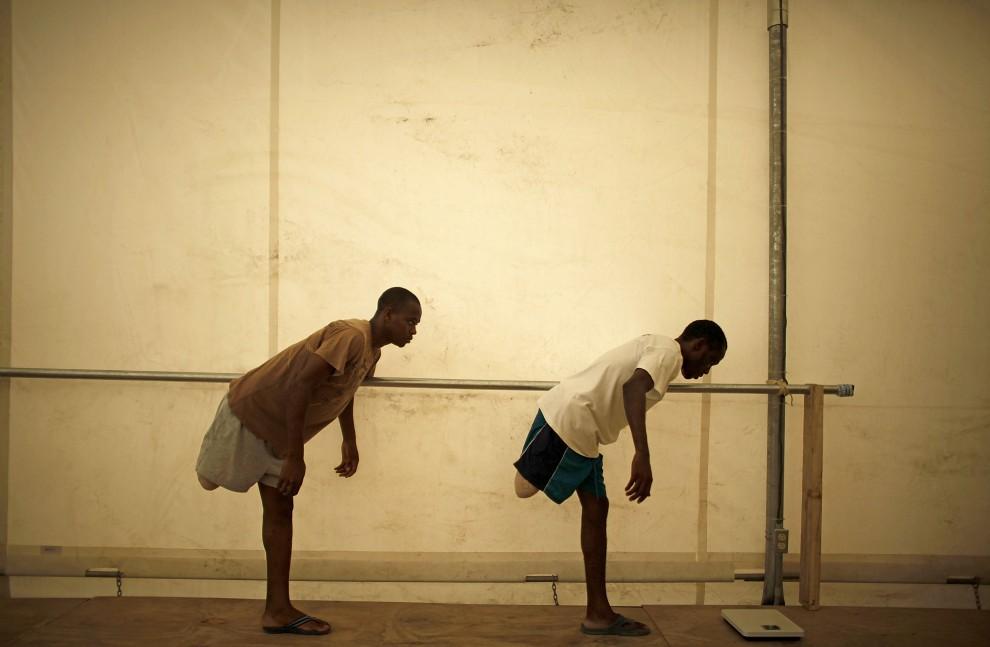 28. HAITI, Sarthe, 10 marca 2010: Mężczyźni, którzy stracili nogi podczas trzęsienia ziemi, uczą się utrzymywać równowagę w ośrodku Lekarzy bez Granic. (Foto: Chip Somodevilla/Getty Images)