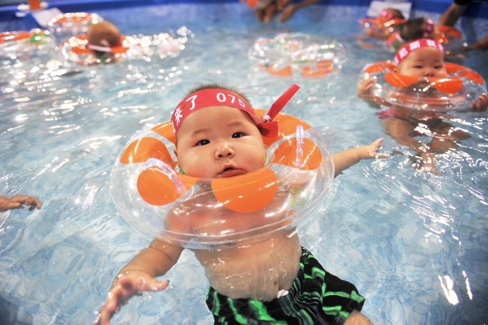 29. CHINY, Pekin, 11 września 2010: Uczestnicy bicia rekordu Guinessa w liczbie pływających dzieci. AFP PHOTO