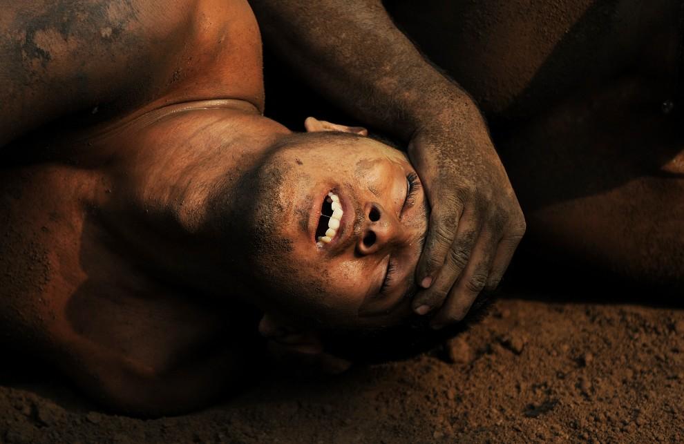 29. PAKISTAN, Lahore, 11 października 2010: Zapaśnik stara się wyswobodzić z chwytu podczas walki. AFP PHOTO/Carl de Souza