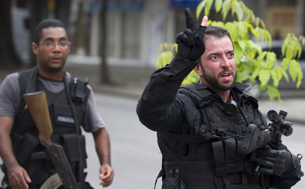 29. BRAZYLIA, Rio de Janeiro, 25 listopada 2010: Agent sił specjalnych wraca z patrol w faweli Vila Cruzeiro. AFP PHOTO/ANTONIO SCORZA