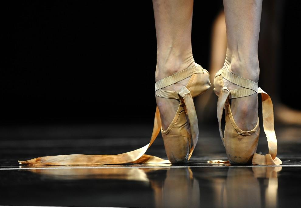 29. USA, Nowy Jork, 16 listopada 2010: Tancerka podczas próby generalnej w nowojorskim Joyce Theater. AFP PHOTO/TIMOTHY A. CLARY