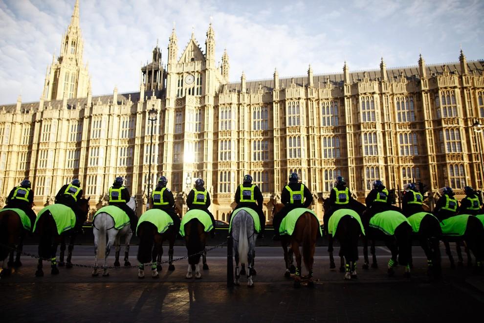 29. WIELKA BRYTANIA, Londyn, 9 grudnia 2010: Konny oddział policji przed budynkiem parlamentu. (Foto: Matthew Lloyd/Getty Images)