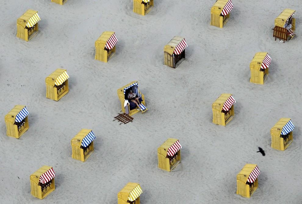 2. NIEMCY, Travemünde, 15 czerwca 2010: Wczasowicze w koszach na plaży w Travemünde. AFP PHOTO / FABIAN BIMMER