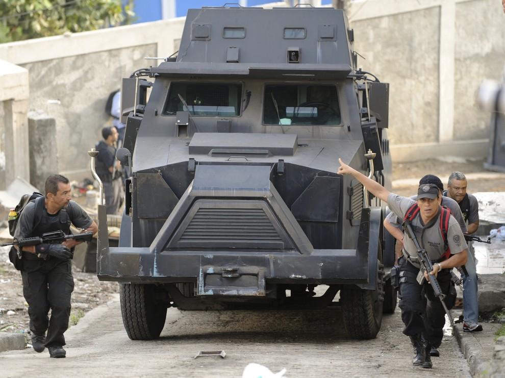 2. BRAZYLIA, Rio de Janeiro, 28 listopada 2010: Oddział policji wspina się stromą ulicą w faweli Alemao. AFP PHOTO / EVARISTO SA