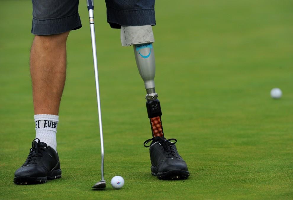 2. WIELKA BRYTANIA, Uckfield, 21 września 2010: Golfista z amputowaną nogą podczas treningu przed turniejem Disabled British Open. AFP PHOTO / Adrian Dennis