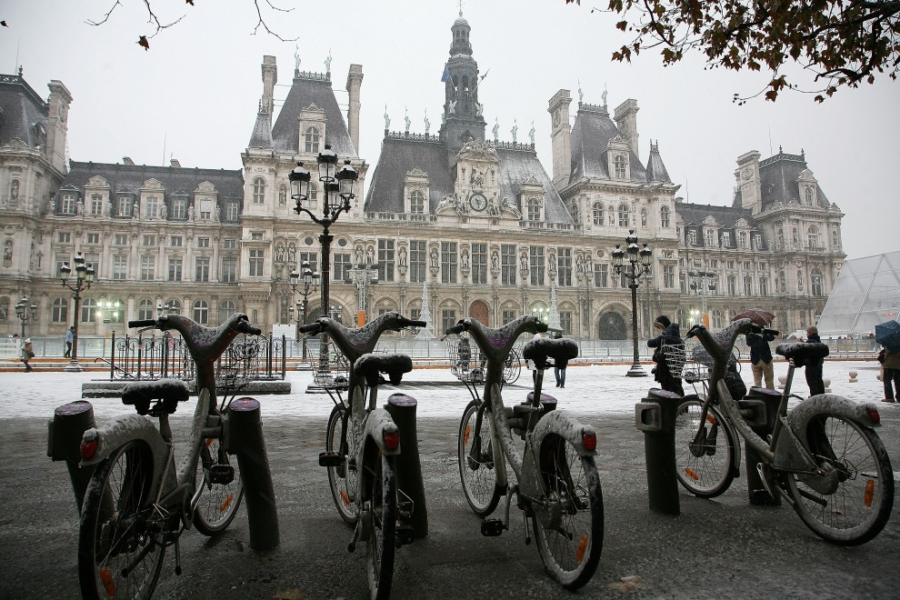 2. FRANCJA, Paryż, 19 grudnia 2010: Przysypany śniegiem paryski Luwr. (Foto: Marc Piasecki/Getty Images)