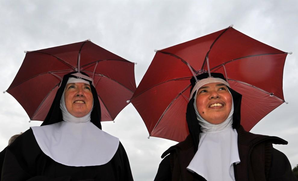 30. WIELKA BRYTANIA, Birmingham, 19 września 2010:  Zakonnice chronią się pod parasolkami podczas spotkania z papieżem Benedyktem XVI. AFP PHOTO/ADRIAN DENNIS