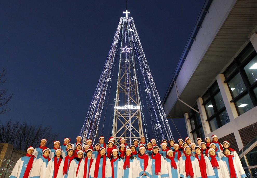 30. KOREA PŁUDNIOWA, Gimpo, 21 grudnia 2010: Koreańczycy śpiewają hymn państwowy w pobliżu spornego terytorium na granicy z Koreą Północną. AFP PHOTO / KIM JAE-MYUNG
