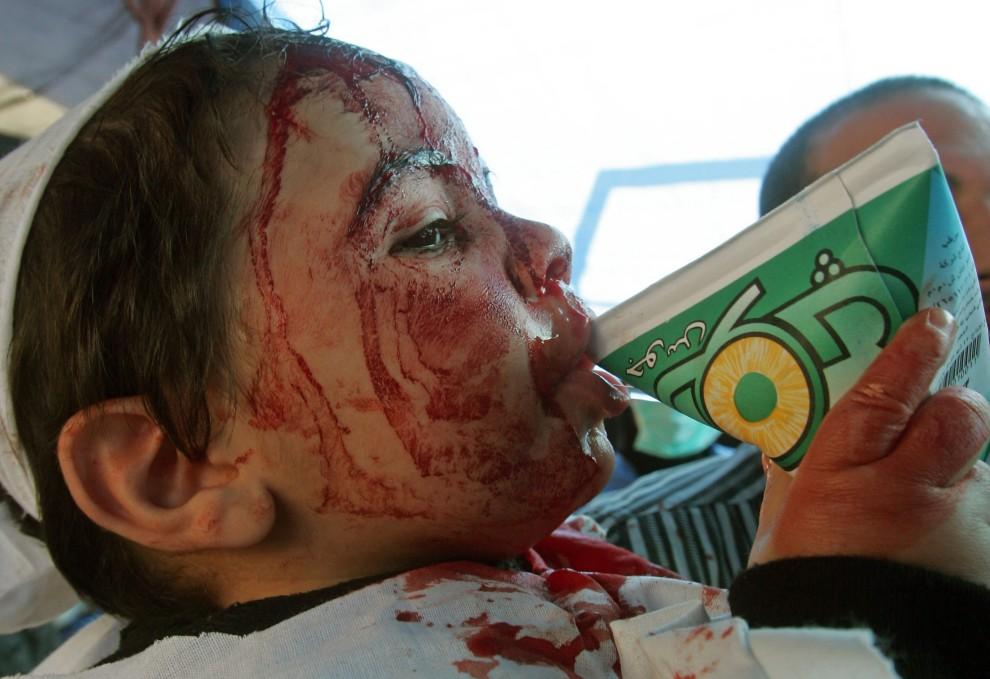 30. LIBAN, An-Nabatija, 16 grudnia 2010: Chłopiec pije sok po zakończeniu rytualnej procesji. AFP PHOTO/MAHMOUD ZAYAT