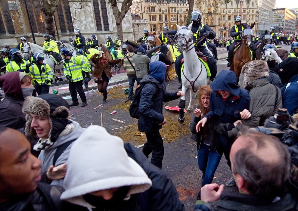 31. WIELKA BRYTANIA, Londyn, 9 grudnia 2010: Policja rozpędza demonstrującą w centrum Londynu młodzież. AFP PHOTO/LEON NEAL