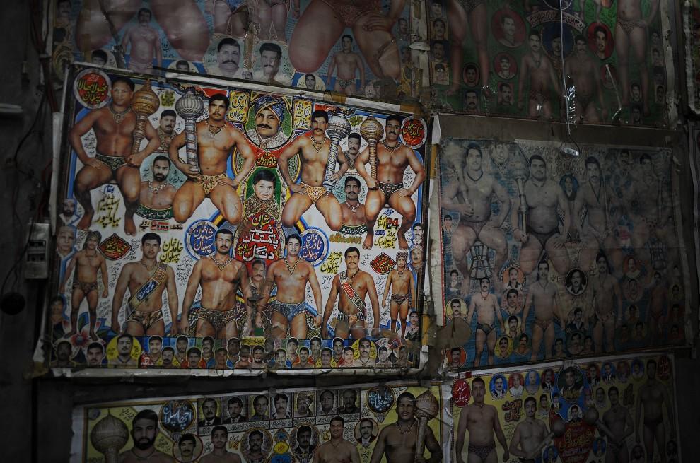 31. PAKISTAN, Lahore, 8 października 2010: Plakaty z podobiznami mistrzów klasycznych zapasów na ścianie w szkole w Lahore. AFP PHOTO/Carl de Souza