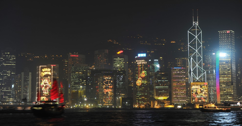 31. CHINY, Hong Kong, 21 grudnia 2010: Nocna panorama Hong Kongu. AFP PHOTO/MIKE CLARKE