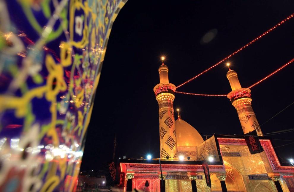 31. IRAK, Karbala, 16 grudnia 2010: Świąteczne illuminacje zdobią meczet Imama Abbasa. AFP PHOTO/MOHAMMED SAWAF