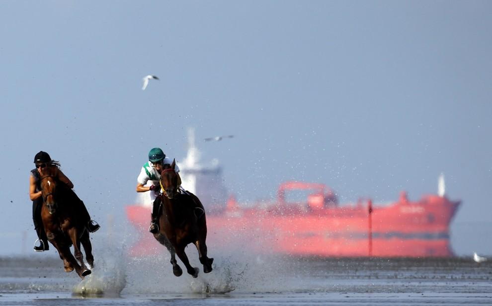 31. NIEMCY, Cuxhaven, 8 sierpnia 2010: Ramona Kosche na Agatenango II (po lewej) ściga się z Jennifer Korbus na Scambambuly podczas wyścigów Duhner Wattrennen. (Foto: Lars Baron/Bongarts/Getty Images)