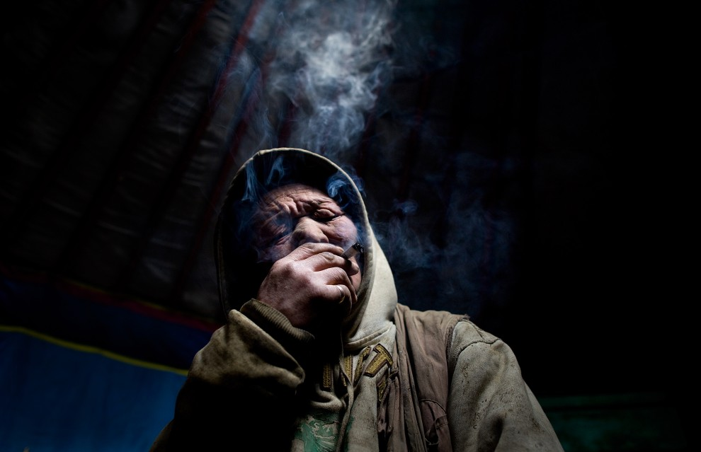 31. MONGOLIA, Ułan Bator, 2010: Pracownik wysypiska śmieci, który przybył do stolicy z prowincji w poszukiwaniu pracy, po zakończeniu długiego dnia pracy. (Foto: Paula Bronstein /Getty Images)