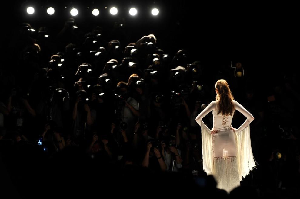 32. WIELKA BRYTANIA, Londyn, 20 września 2010: Modelka w najnowszej kreacji Marka Fasta. AFP PHOTO/BEN STANSALL