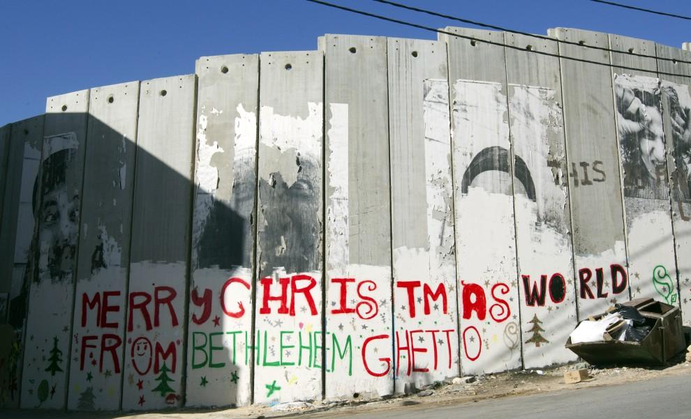 32. ZACHDONI BRZEG, Betlejem, 16 grudnia 2010: Życzenia świąteczne wypisane na murze wybudowanym przez Izrael. AFP PHOTO/JACK GUEZ