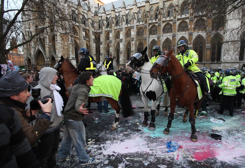 32. WIELKA BRYTANIA, Londyn, 9 grudnia 2010: Funkcjonariusze policji na koniach rozpędzają protestujących. (Foto: Peter Macdiarmid/Getty Images)