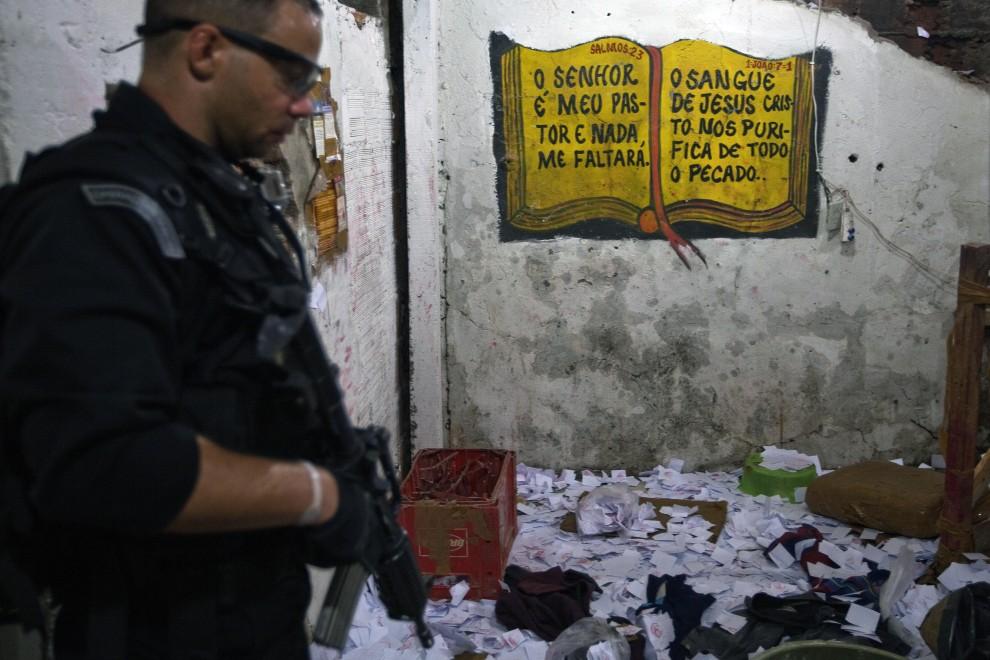 33. BRAZYLIA, Rio de Janeiro, 28 listopada 2010: Policjant w laboratorium gdzie przetwarzano kokainę. AFP PHOTO/Jefferson BERNARDES