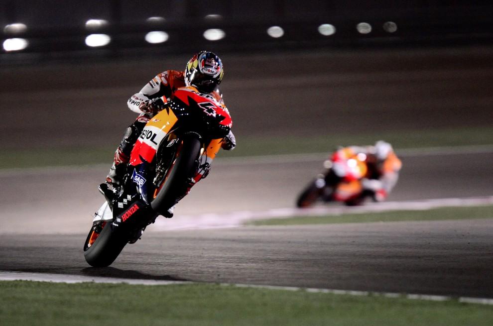 33. KATAR, Doha, 10 kwietnia 2010: Włoch Andrea Dovizioso z zespołu Repsol Honda na torze Losail International Circuit. AFP PHOTO/MARWAN NAAMANI