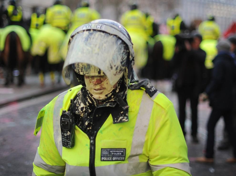 34. WIELKA BRYTANIA, Londyn, 9 grudnia 2010: Policjant obrzucony podczas demonstracji pojemnikami z farbą. AFP PHOTO/BEN STANSALL