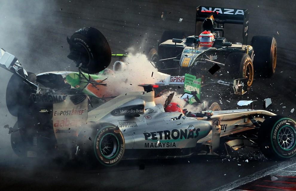 35. ZJEDNOCZONE EMIRATY ARABSKIE, Abu Dhabi, 14 listopada 2010: Michael Schumacher  podczas zderzenia z bolidem zespołu Force India prowadzony, przez Vitantonio Liuzziego. AFP PHOTO / KARIM SAHIB