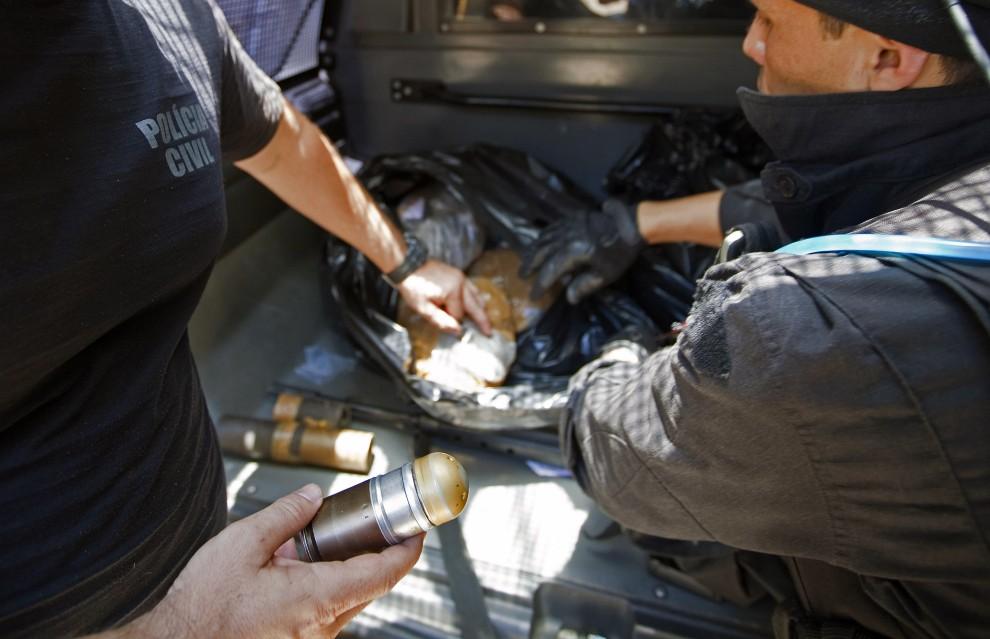 35. BRAZYLIA, Rio de Janeiro, 28 listopada 2010: Broń i narkotyki zarekwirowane podczas akcji policyjnej. AFP PHOTO/Jefferson BERNARDES
