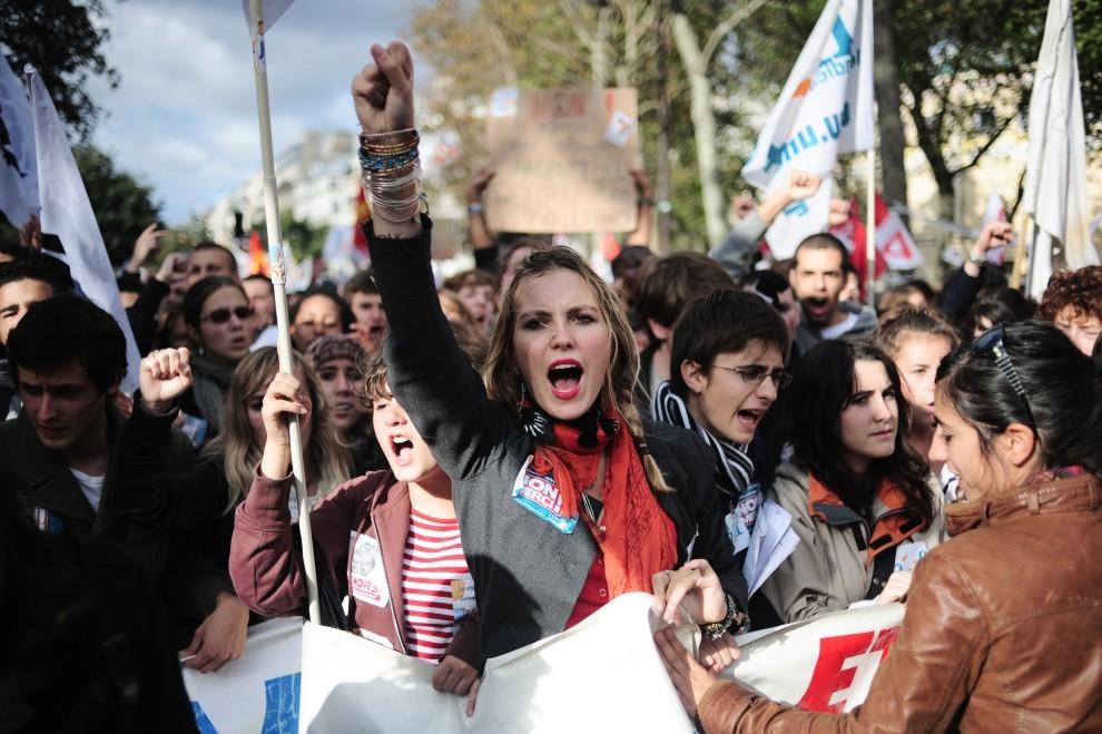 35. FRANCJA, Paryż, 16 października 2010: Studenci protestujący na ulicach Paryża. AFP PHOTO FRED DUFOUR