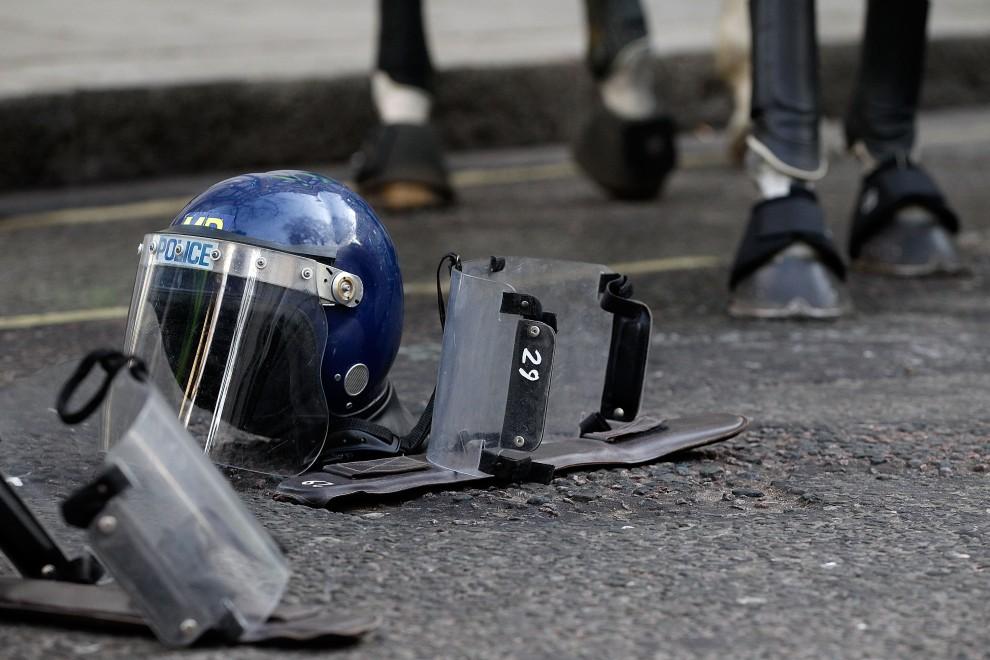 36. WIELKA BRYTANIA, Londyn, 9 grudnia 2010: Sprzęt chroniący policjanta i wierzchowca leży na ulicy. (Foto: Matthew Lloyd/Getty Images)