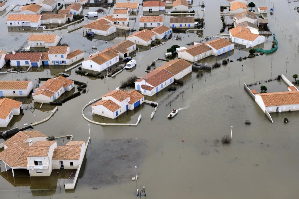 37. FRANCJA, La Faute-sur-Mer, 3 marca 2010: Widok z powietrza na zalane okolice La Faute-sur-Mer. AFP PHOTO BERTRAND GUAY