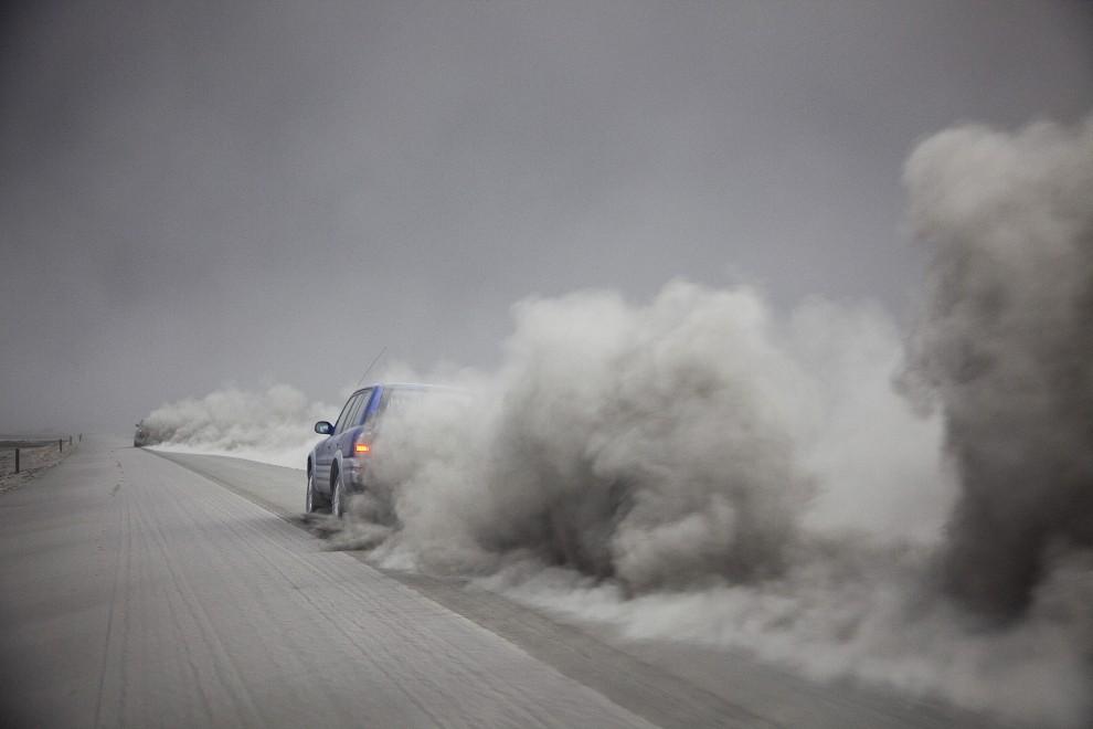 38. ISLANDIA, Kirkjubaejarklaustur , 15 kwietnia 2010: Wulkanolodzy opuszczają rejon wulkanu po zebraniu próbek popiołu. AFP PHOTO/ OMAR OSKARSSON