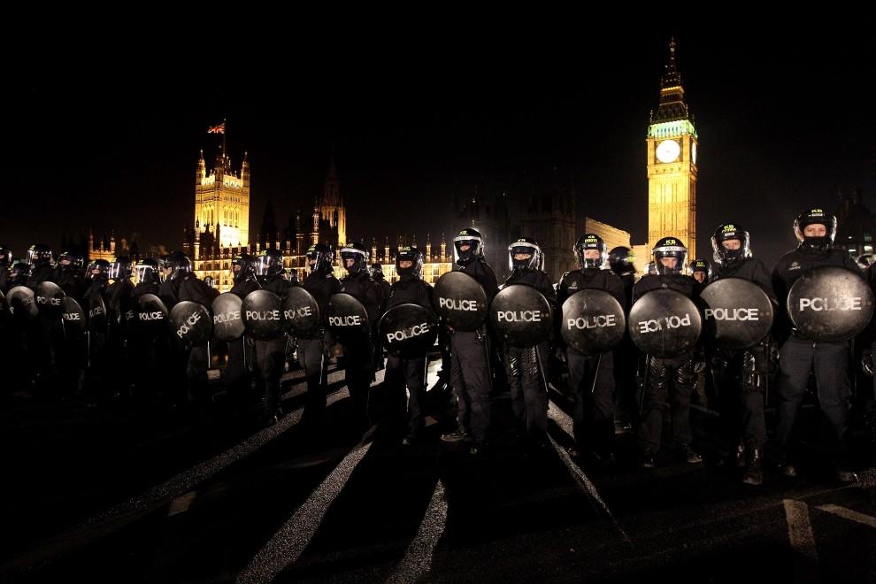 38. WIELKA BRYTANIA, Londyn, 10 grudnia 2010: Policjanci blokują protestującym wejście na Westminster Bridge. (Foto: Oli Scarff/Getty Images)