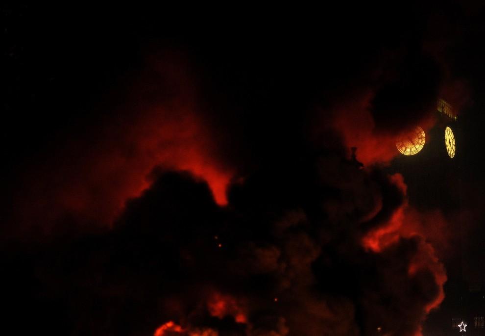 39. WIELKA BRYTANIA, Londyn, 9 grudnia 2010: Dym z barykad podpalonych przez protestujących przysłania Big Bena. AFP PHOTO/BEN STANSALL