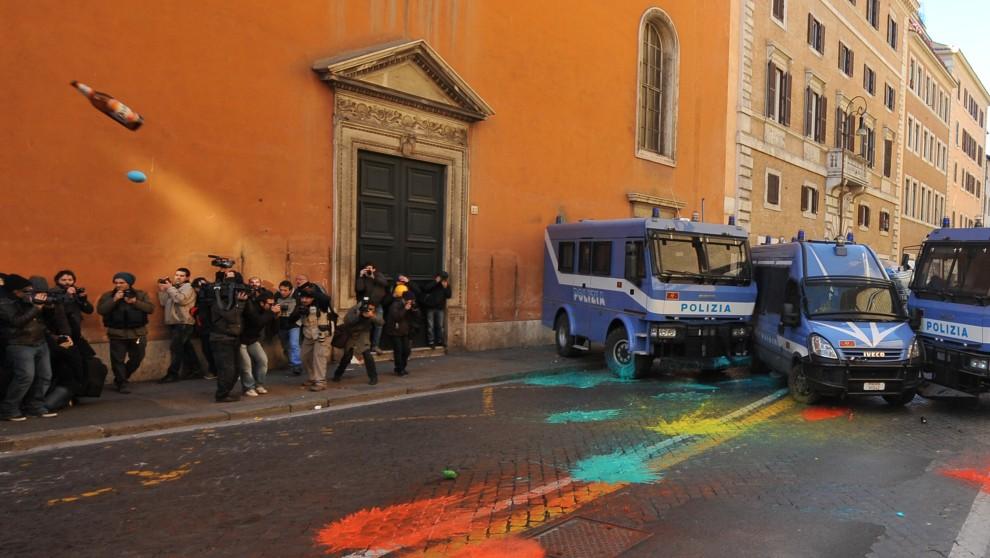 3. WŁOCHY, Rzym, 14 grudnia 2010: Policjanci obrzucani butelkami i balonami wypełnionymi farbą. AFP PHOTO / ALBERTO PIZZOLI