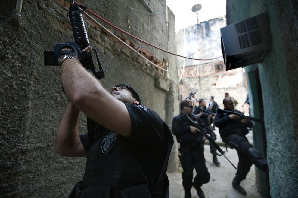 3. BRAZYLIA, Rio de Janeiro, 28 listopada 2010: Patrol oddziałów specjalnych w uliczce faweli Morro do Alemao. AFP PHOTO/Jefferson BERNARDES