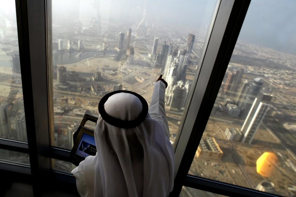 3. ZJEDNOCZONE EMIRATY ARABSKIE, Dubaj, 4 stycznia 2010: Panorama Dubaju z najwyższego piętra najwyższego budynku na świecie - Burj Dubai. AFP PHOTO/KARIM   SAHIB