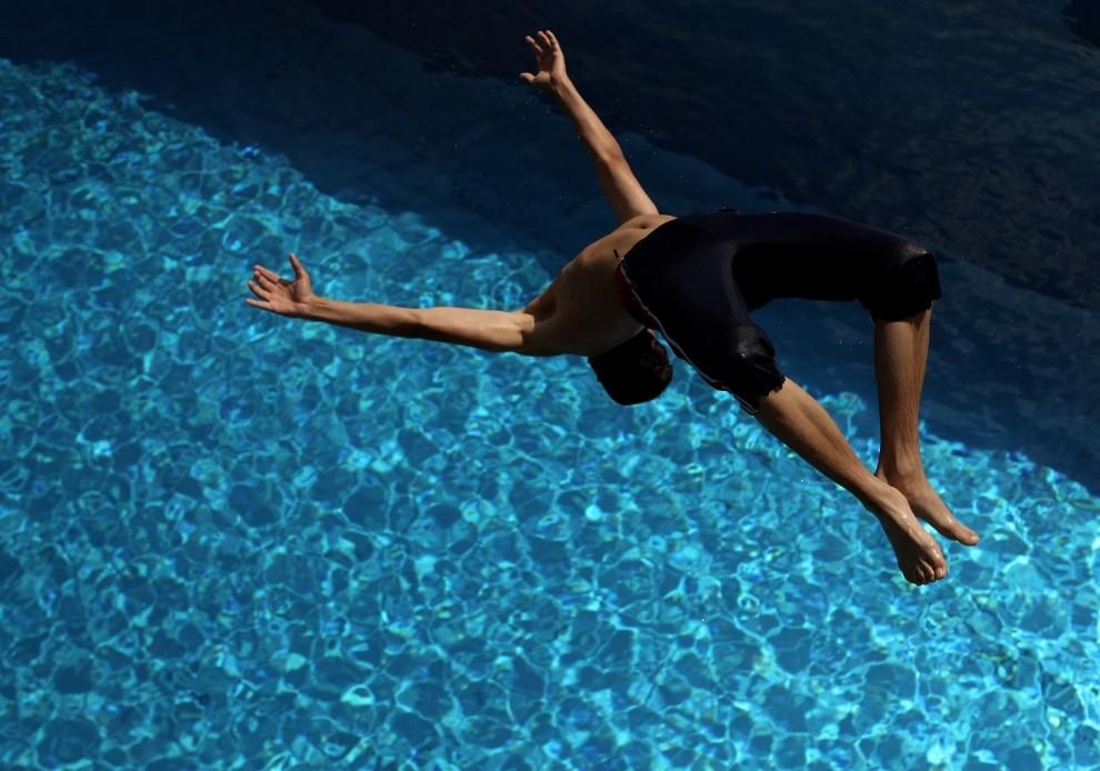 3. NIEMCY, Monachium, 2 lipca 2010: Chłopak wskakuje do wody na basenie miejskim w Monachium. (Foto: Miguel Villagran/Getty Images)