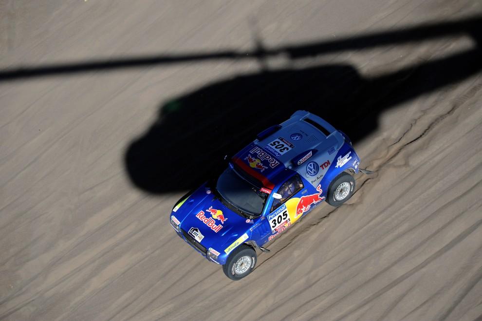 40.ARGENTYNA, Santa Rosa, 15 stycznia 2010: Amerykanin Mark Miller w swoim samochodzie na oodcinku z San Rafael do Santa Rosa podczas rajdu Dakar. AFP PHOTO / GABRIEL BOUYS