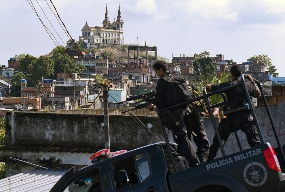 40. BRAZYLIA, Rio de Janeiro, 26 listopada 2010: Patrol BOPE na ulicy w faweli Vila Cruzeiro. AFP PHOTO/Antonio Scorza