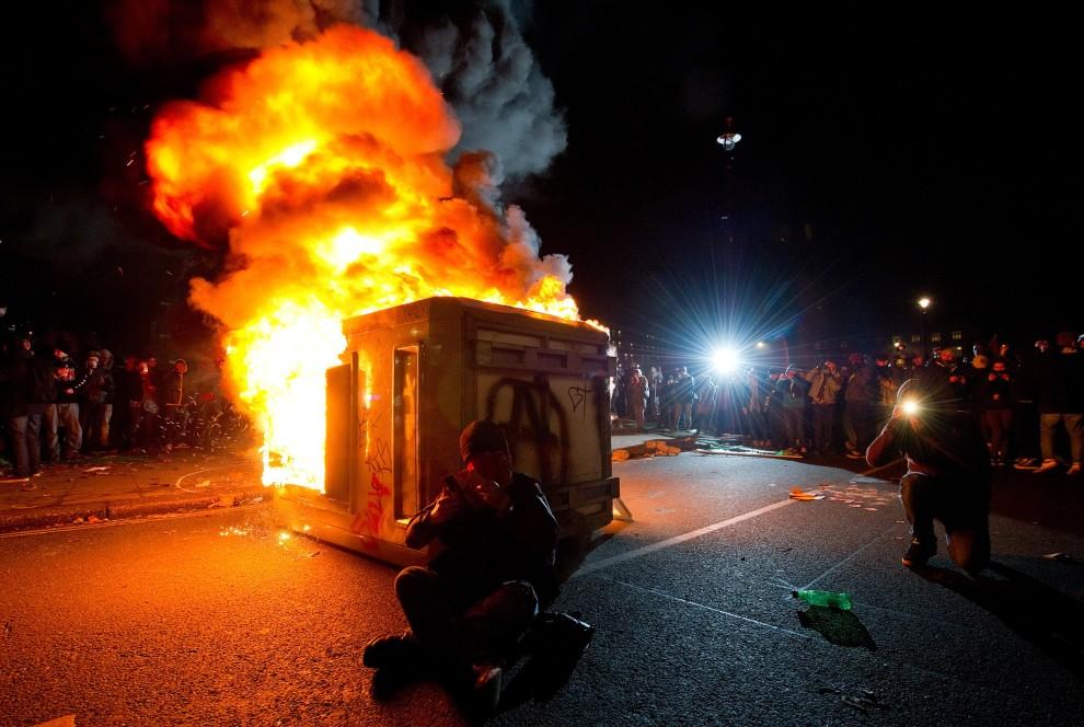 40. WIELKA BRYTANIA, Londyn, 9 grudnia 2010: Podpalony przez protestujących kontener na środku jednej z ulic w centrum Londynu. AFP PHOTO/LEON NEAL