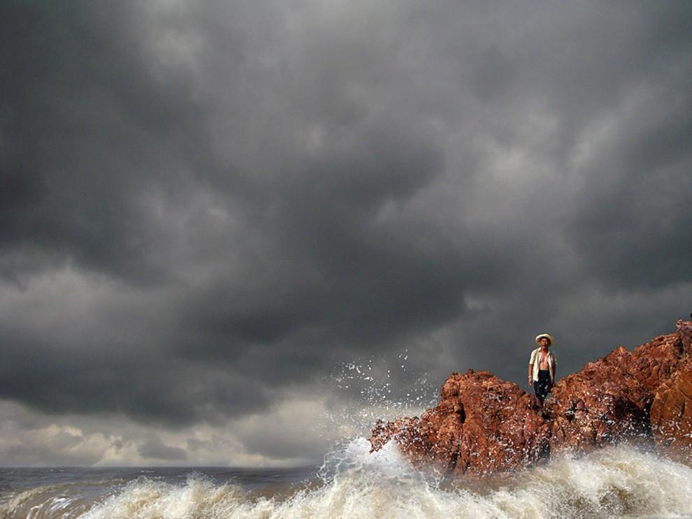 41. CHINY, Zhangpu, 23 października 2010: Mężczyzna przygląda się falom wywoływanym przez zbliżający się tajfun. AFP PHOTO