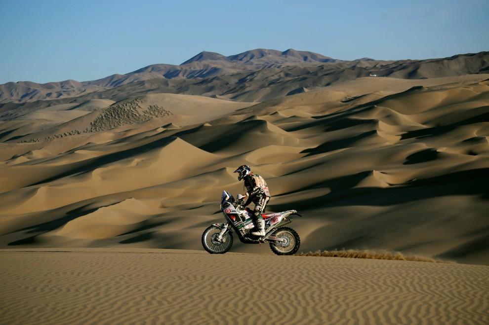 41. CHILE, Antofagasta, 8 stycznia 2010: Ukrainiec Vadim Pritulyak na motocyklu Honda podczas rajdu Dakar. AFP PHOTO / GABRIEL BOUYS
