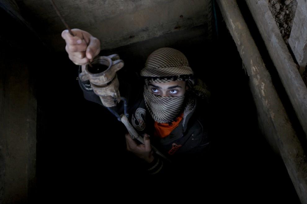 42. STREFA GAZY, Rafah, 29 kwietnia 2010: Palestyński przemytnik wychodzi z tunelu biegnącego pod granicą z Egiptem. AFP PHOTO / SAID KHATIB