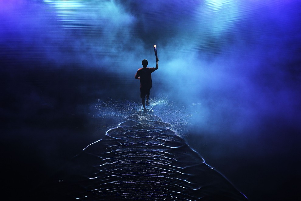 42. REPUBLIKA SINGAPURU, Singapur, 14 sierpnia 2010: Ogień olimpijski niesiony podczas ceremionii otwarcia Igrzysk olimpijskich młodzieży. (Foto: Adam   Pretty/Getty Images)