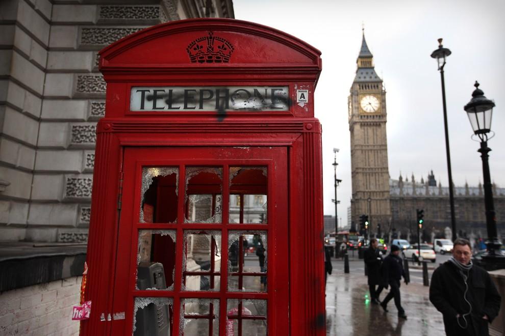 42. WIELKA BRYTANIA, Londyn, 10 grudnia 2010: Budka telefoniczna zniszczona podczas zamieszek poprzedniego dnia. (Foto: Peter Macdiarmid/Getty Images)