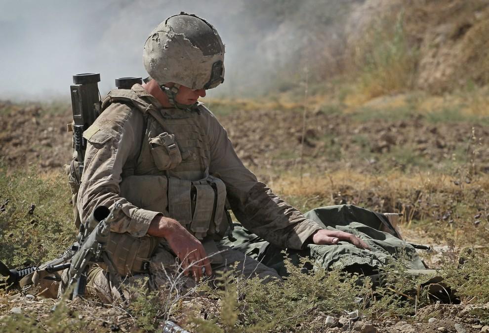 43. AFGANISTAN, Kajaki, 17 października 2010: Amerykański żołnierz żegna się z zabitym przyjacielem. (Foto: Scott Olson/Getty Images)