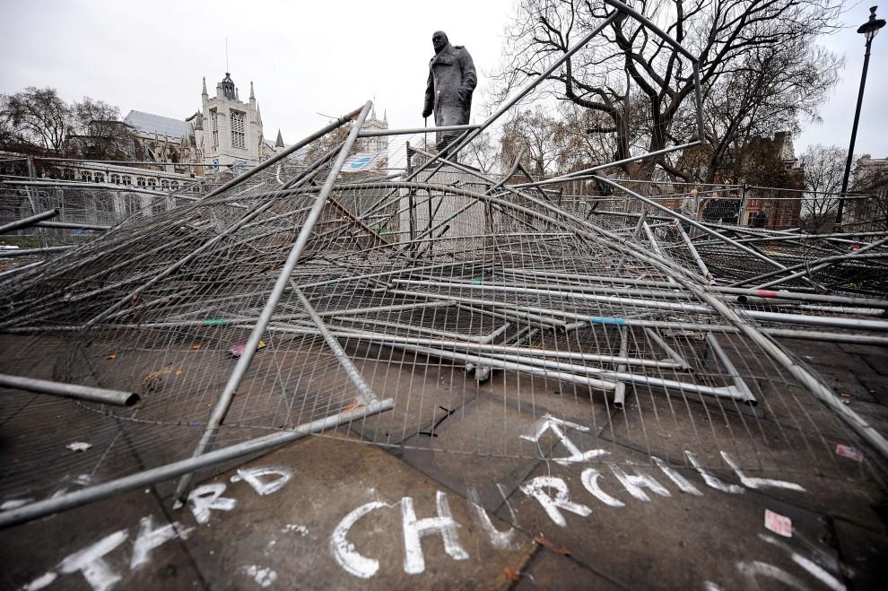 43. WIELKA BRYTANIA, Londyn, 10 grudnia 2010: Pomnik Winstona Churchilla otoczony uszkodzonymi siatkami ochronnymi. AFP PHOTO/BEN STANSALL