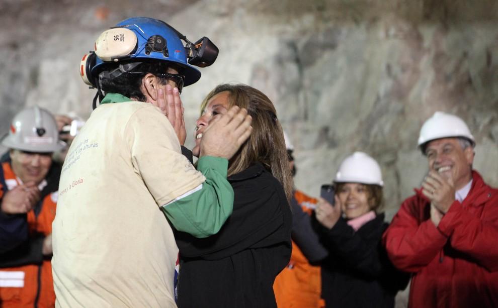 44. CHILE, Copiapó, 13 października 2010: Górnik Raul Bustos wydobyty na powierzchnię ziemi wita się z najbliższymi. AFP PHOTO/GOVERNMENT OF CHILE / Hugo Infante